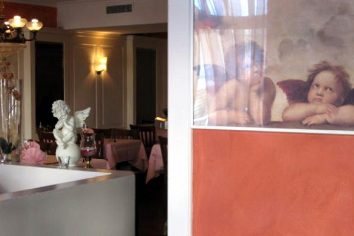 Restaurant Blick von Aussen nach Innen